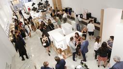 Sejumlah orang saat mengunjungi pembukaan Museum of Broken Relationships di Los Angeles, California, 2 Juni 2016. Museum patah hati ini didirikan khusus untuk memajang barang-barang pemberian mantan pacar (Randy Shropshire/GETTY IMAGES NORTH AMERICA/AFP)