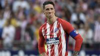 Striker Atletico Madrid, Fernando Torres, menatap fans usai melawan Eibar pada laga La Liga Spanyol di Stadion Wanda Metropolitano, Madrid, Minggu (20/3/2018). Laga ini merupakan yang terakhir bagi Torres bersama Atletico. (AFP/Gabriel Bouys)