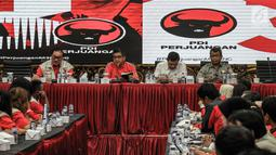 Sekjen PDIP Hasto Kristiyanto (dua kiri) membuka workshop tentang peta rawan bencana Indonesia di Kantor DPP PDIP, Jakarta, Kamis (13/12). Hasto menyampaikan pesan Ketum DPP PDIP Megawati Soekarnoputri dalam workshop tersebut. (Liputan6.com/Faizal Fanani)