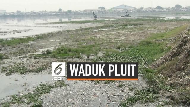 Waduk Pluit kini mengalami kondisi yang memprihatinkan. Waduk yang berada di Jakarta Utara ini mengalami pendangkalan karena dipenuhi sampah dan lumpur.