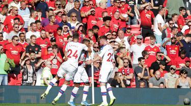 Para pemain Crystal Palace merayakan gol yang dicetak Patrick van Aanholt ke gawang Manchester United pada laga Premier League di Stadion Old Trafford, Manchester, Sabtu (24/8). MU kalah 1-2 dari Palace. (AFP/Lindsey Parnaby)