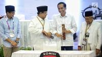 Dua pasang capres-cawapres Joko Widodo-Ma'ruf Amin dan Prabowo Subianto-Sandiaga Uno saat pengambilan nomor urut peserta Pemilu 2019 di Kantor KPU, Jakarta, Jumat (21/9). (Liputan6.com/Faizal Fanani)