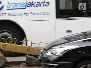 Kondisi pembatas jalur bus transjakarta yang rusak di Jalan Warung Jati Barat, Jakarta, Minggu (10/2). Kurangnya perawatan menyebabkan sejumlah pembatas di kawasan tersebut rusak sehingga butuh penanganan. (Liputan6.com/Immanuel Antonius)