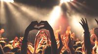 Ilustrasi nonton konser musik.