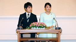 Ekspresi Putri Mako dan Komuro saat mengumumkan pertunangannya di Akasaka East Residence, Tokyo, Jepang, (3/9). Kisah cinta mereka dimulai ketika bertemu di sebuah restoran pada lima tahun lalu. (AFP Photo/Pool/Shizuo Kambayashi)