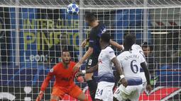 Gelandang Inter Milan, Matias Vecino, melepaskan tandukan kepala ke gawang Tottenham Hotspur pada laga Liga Champions di Stadion Giuseppe Meazza, Milan, Selasa (18/9/2018). Inter Milan menang 2-1 atas Tottenham Hotspur. (AP/Antonio Calanni)