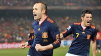 Andres Iniesta dan David Villa, pencetak gol kemenangan Spanyol 2-1 atas Cile, bergembira pada laga terakhir Grup H di Pretoria, 25 Juni 2010. AFP PHOTO/MARTIN BERNETTI