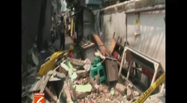 Seluruh korban langsung dilarikan ke Rumah Sakit Husada. Bagian atas bangunan sekolah ini ambruk Minggu siang.