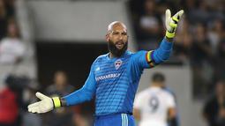 1. Tim Howard (Colorado Rapids) - Mantan penjaga gawang Man United tersebut kini bermain di MLS membela panji Colorado Rapids. Kini ada yang berbeda dengan penampilan kiper berkepala plontos tersebut. (AFP/Katharine Lotze)