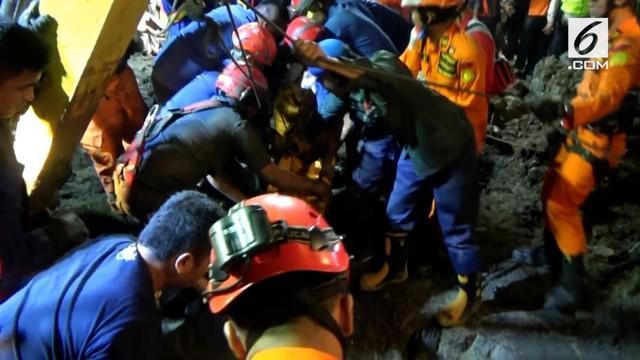 Petugas gabungan tim pemadam bersama tim basarnas akhirnya berhasil mengevakuasi jasad oekerha galian PAM Paljaya, di Penjaringan, Jakarta Utara, subuh tadi.