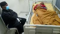 Pelaku percobaan pemerkosaan belum sadarkan diri di sebuah rumah sakit Pekanbaru. (Liputan6.com/M Syukur)