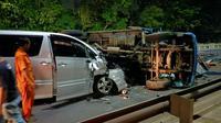 Petugas mengevakuasi kendaraan yang terlibat kecelakaan beruntun di Km 51 Tol Lingkar Luar Jakarta. (Dok Kepolisian)