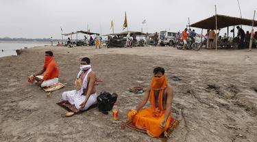 FOTO: Ritual Umat Hindu India Saat Gerhana Matahari