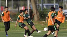 Pemain Timnas Indonesia U-22, Bagas Adi, menendang bola saat latihan di Lapangan ABC Senayan, Jakarta, Kamis (14/2). Latihan ini merupakan persiapan terakhir jelang Piala AFF U-22 2019 di Kamboja. (Bola.com/M. Iqbal Ichsan)