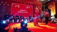 Malam puncak Festival Cap Go Meh 2571 menampilkan Keroncong Irama Jakarta di kawasan Pasar Glodok, Pancoran, Jakarta Barat, Sabtu (8/2/2020) malam. (Liputan6.com/Okti Nur Alifia)