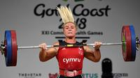 Tayla Howe dari Wales mengangkat beban dalam final 90kg angkat besi wanita selama Commonwealth Games 2018 di Gold Coast, Australia (9/4). (AFP Photo/William West)