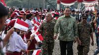 Tommy Soeharto usai mengikuti Apel Gelar Nasional Bela Negara 2016 di Silang Monas, Jakarta, Selasa (23/8). Apel diiikuti 10.000 peserta terdiri dari kementerian/lembaga terkait, TNI, Polri dan komponen bangsa lainnya. (Liputan6.com/Faizal Fanani)