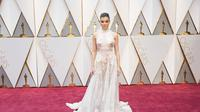 Hailee Steinfeld tampil begitu menawan dalam balutan gaun couture rancangan Ralph & Russo yang romantis di Oscar 2017. Lihat di sini.