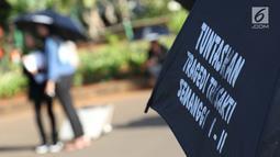 Aktivis melaksanakan aksi kamisan perdana di tahun 2019 di depan Istana Negara, Jakarta, Kamis (3/1). Mereka meminta pemerintah menyelesaikan kasus pelanggaran HAM masa lalu. (Liputan6.com/Helmi Fithriansyah)