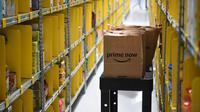 Barang pesanan pelanggan yang akan dikirim dengan layanan Amazon Prime Now di pusat gudang toko online Amazon di Singapura, Kamis (27/7). Dengan layanan tersebut, Amazon menawarkan pengiriman barang dalam dua jam untuk ribuan item. (AP Photo/Joseph Nair)