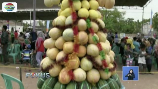 Warga Lamongan dan sekitarnya berebut buah hasil panen raya di Festival Gunungan.