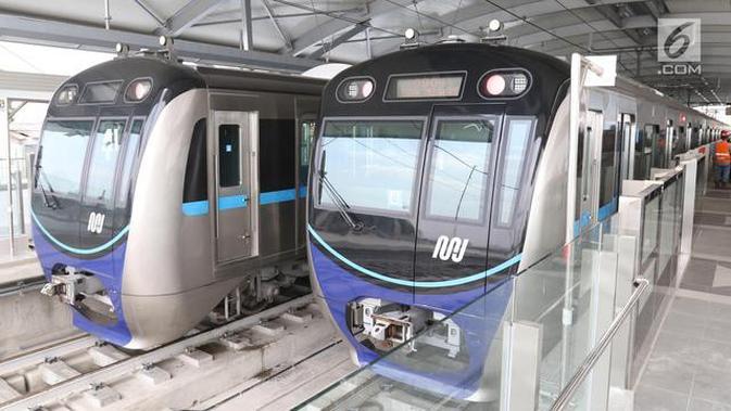 Dua kereta MRT berada di stasiun Lebak bulus Jakarta. (/Angga Yuniar)