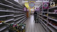Konsumen memilih barang kebutuhan di salah satu gerai supermarket Giant di Jakarta, Kamis (4/3/2021). Persaingan bisnis ritel makanan dan pandemi yang berkepanjangan membuat store Giant tutup satu per satu. (Liputan6.com/Johan Tallo)