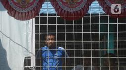 Pasien ODGJ Yayasan Al Fajar Berseri mengikuti upacara bendera memperingati Hari Kemerdekaan Ke-76 RI di Tambun, Bekasi,Jawa Barat  Selasa (17/8/2021). Upacara dilakukan untuk mengingatkan kembali kepada jasa para pahlawan yang memperjuangkan Kemerdekaan Republik Indonesia. (merdeka.com/Imam Buhori)