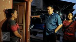 Pengacara Farhat Abbas saat berbicara dengan warga Kalijodo, Jakarta Utara, Selasa (16/2). Pengacara yang sering menjadi perbincangan publik ini datang sendiri. (Liputan6.com/Gempur M Surya)