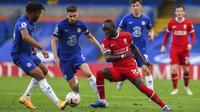Penyerang Liverpool, Sadio Mane, berusaha melewati pemain Chelsea pada laga Liga Inggris di Stadion Stamford Bridge, Minggu (20/9/2020). Liverpool menang dengan skor 2-0. (Will Oliver/Pool via AP)