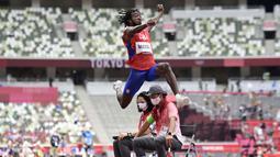 Atlet asal Kuba, Maykel Masso berlaga di final lompat jauh putra pada Olimpiade Tokyo 2020 di Olympic Stadium, Tokyo, Senin (2/8/2021). (Foto: AFP/Javier Soriano)