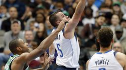 Pemain Boston Celtics, Al Horford (42) berusaha mengahalangi tembakan pemain Dallas Mavericks, J.J. Barea pada laga NBA basketball game di American Airlines Center, Dallas, (20/11/2017).   Celtics menang 110-102. (AP/Tony Gutierrez)
