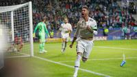 Bek Real Madrid, Sergio Ramos berselebrasi usai mencetak gol ke gawang Atletico Madrid pada final Piala Super Eropa di Lillekula Stadium di Tallinn, Estonia, (15/8). Real Madrid kalah 4-2 atas Atletico. (AP Photo/Pavel Golovkin)