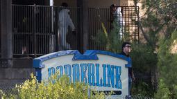 Tim investigasi mengecek lokasi penembakan massal di Borderline Bar & Grill di Thousand di Thousand Oaks, California (8/11). 12 orang tewas dalam peristiwa penembakan tersebut, termasuk seorang polis. (AFP Photo/Robyn Beck)