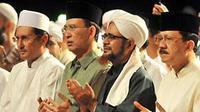 """Fadel Muhammad, Suryadharma Ali, Al Habib Umar Bin Hafidh dan Fauzi Bowo mengikuti Dzikir Akbar dengan tajuk """"Doa Untuk Bangsa"""" di Silang Monas, Jakarta. (Antara)"""