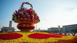 "Sebuah ""keranjang bunga"" di Lapangan Tian'anmen di Beijing, ibu kota China (24/9/2020). Dekorasi setinggi 18 meter berbentuk keranjang bunga itu ditempatkan di tengah Lapangan Tian'anmen untuk menyambut masa libur Hari Nasional China mendatang. (Xinhua/Chen Zhonghao)"