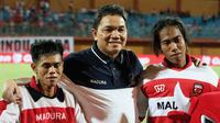 Presiden Madura United, Achsanul Qosasi bersama suporter. (Bola.com/Aditya Wany)