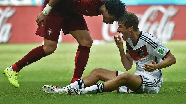 Pepe melakukan pelanggaran pada Thomas Muller (AFP/Patrik Stollarz)