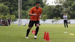 Pemain Persija Jakarta, Evan Dimas, melakukan latihan di Lapangan Sutasoma, Jakarta, Jumat (17/1/2020). Gelandang Timnas Indonesia ini menjadi rekrutan baru Macan Kemayoran untuk mengarungi Liga 1 musim depan. (Bola.com/M Iqbal Ichsan)