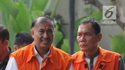 Anggota DPR RI nonaktif Markus Nari dan Hakim PN Balikpapan Kayat tiba di gedung KPK, Jakarta, Kamis (4/7/2019). Markus diperiksa terkait dugaan korupsi pengadaan E-KTP sedangkan Kayat terkait suap memengaruhi vonis bebas sudarman yang menjadi terdakwa kasus pemalsuan surat.(merdeka.com/Dwi Narwoko)