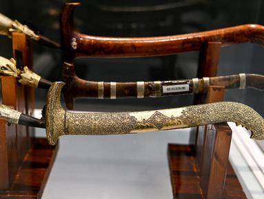 Sejumlah rencong terlihat dipajang jelang pameran persenjataan tradisional di Museum Aceh, Banda Aceh, Aceh, Jumat (15/10/2021). Disbudpar Aceh melalui UPTD Museum Aceh menggelar Pameran Senjata 2021 untuk pertama kalinya secara virtual pada 16 Oktober 2021. (CHAIDEER MAHYUDDIN/AFP)