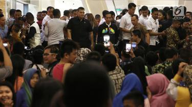 Presiden Joko Widodo (Jokowi) blusukan ke Mal Ciputra Seraya, Pekanbaru, Provinsi Riau, Selasa (8/5) malam. Kedatangan Presiden Jokowi itu kontan membuat banyak pengunjung histeris, berteriak menyambut kedatangannya. (Liputan6.com/Herman Zakharia)