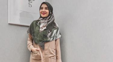 Zaskia Sungkar yang style fashionnya sudah tak diragukan lagi dan menginspirasi banyak orang. Kali ini Kia memakai gaya busana layer. Tak terlihat norak, namun gayanya tampak modis banget. (Instagram/zaskiasungkar15)