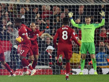 Selebrasi para pemain Liverpool usai Divock Origi mencetak gol kemenangan atas Everton dalam laga lanjutan Premier League yang berlangsung di stadion Anfield, Inggris, Minggu (2/12). Liverpool menang 1-0 atas Everton. (AFP/Oli Scarff)