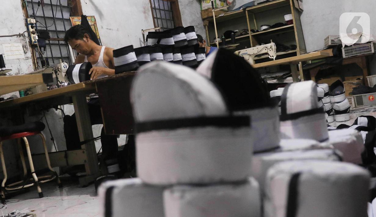 Pengrajin songkok (peci) sedang mengerjakan pesanan berbagai jenis peci di  Pasar Kemis, Kabupaten Tangerang, Banten, Minggu (18/4/2021). Pesanan songkok bermerk Bulan Bintang Mas Haji Sanusi mengalami peningkatan  pada bulan puasa. (Liputan6.com/Angga Yuniar)