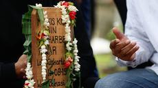 Kerabat dari legenda bulutangkis Indonesia, Markis Kido memberikan doa didepan pusara di TPU Kebon Nanas, Cipinang, Jakarta, Selasa (15/6/2021). (Foto: Bola.com/Bagaskara Lazuardi)