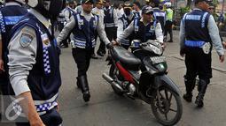 Petugas Dishub, membawa sepeda motor saat razia gabungan di kawasan Tanah Abang, Jakarta, Jumat (12/6/2015). Razia gabungan Dishub, Garnisun dan Satlantas bertujuan untuk mengembalikan fungsi trotoar sebagai jalur pedestrian. (Liputan6.com/Johan Tallo)