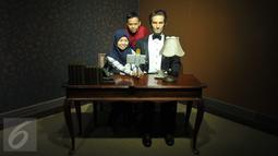 Pengunjung berselfi dengan Patung lilin Abraham Lincoln di Museum Alive Star Ancol, Jakarta (6/5). Patung-patung lilin dengan tampilan yang nyata dan mirip dari bintang-bintang K-Pop, Hollywood, dan tokoh dunia. (Liputan6.com/Gempur M Surya)