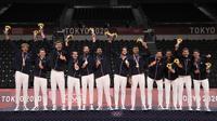 Pemain Prancis merayakan kemenangan medali emas Olimpiade Tokyo 2020 usai mengalahkan Russian Olympic Committee pada pertandingan final bola voli putra di Ariake Arena, Tokyo, Jepang, Minggu (8/8/2021). Prancis mengalahkan ROC 3-2. (AP Photo/Manu Fernandez)