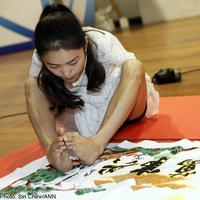 Meskipun tak memiliki lengan, Yang Pei tak pernah putus asa. Dia melatih kedua kakinya untuk menjahit.   via: news.asiaone.com